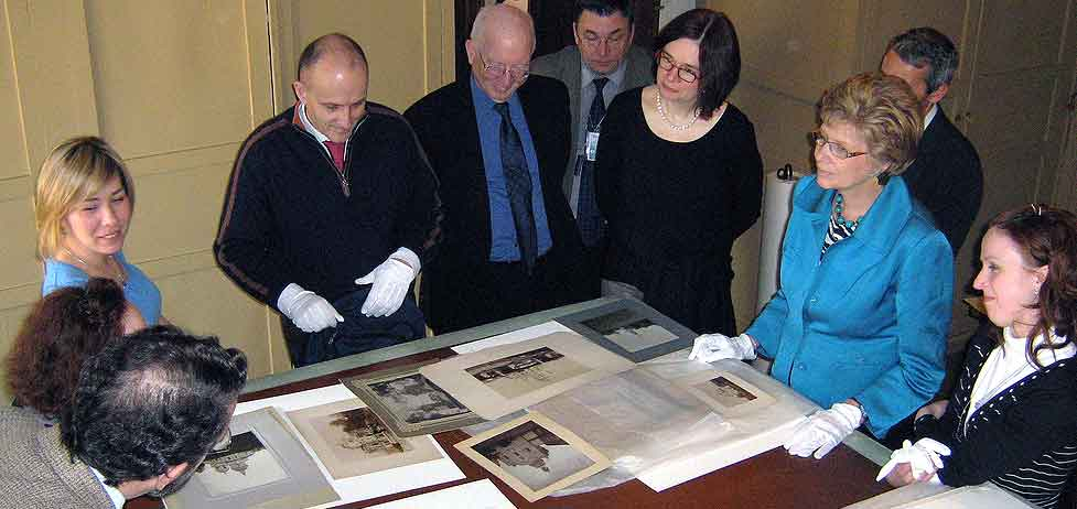 Hermitage conservators meet with FAIC representatives.